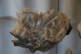 Skólesít – geislóttur, myndar langar hvítar eða gegnsæar nálar sem oftast eru í sveipum. Algeng lengd kristallanna eru 1-2 cm og breiddin er nokkrir mm. Lengsti kristall sem fundist hefur á Teigarhorni var um 9 cm.